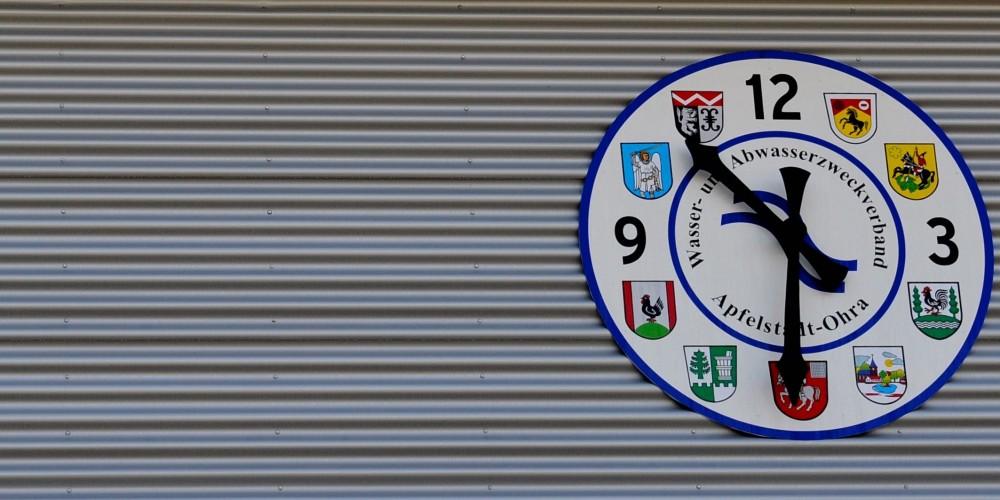 """Wappen-Uhr - Zweckverbands-Wappenuhr: Insiders Zeitangabe heißt nicht """"halb elf"""", sondern """"halb Wölfis"""".    <br />"""